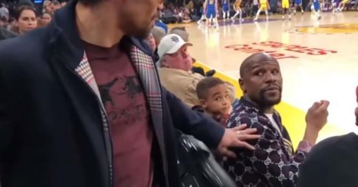 """El comentado """"cara a cara"""" entre Mayweather y Pacquiao en un juego de los Lakers"""