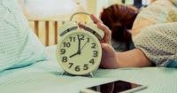 Gobernador regaló relojes despertadores a los empleados más impuntuales