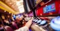 """Mujer gana miles de dólares en el casino pero en segundos los pierde por un """"pequeño"""" error"""