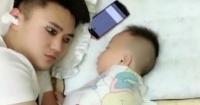 El gracioso truco de un padre para dormir siesta sin que su bebé lo note