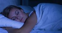 Las personas que duermen de lado tienen peor humor por la mañana
