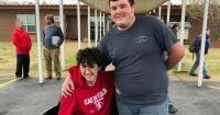 Joven ahorró dinero durante dos años para comprarle una silla de ruedas eléctrica a un compañero