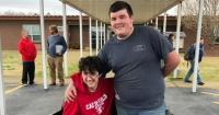 Trabajó durante dos años en un taller mecánico para comprarle una silla de ruedas eléctrica a su mejor amigo
