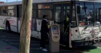 Ladrón intenta huir en autobús con un cajero automático recién robado