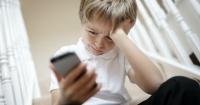 El comportamiento de los padres afecta la participación de los niños en el ciberacoso
