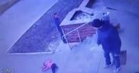 Captan a un papá empujando a su hija de seis años por las escaleras