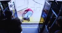 Mujer empujó de un bus a anciano que le pidió ser más amable: la acusan de homicidio
